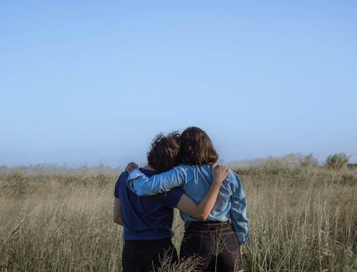 Foto d'estoc gratuïta de a l'aire lliure, abraçada, abraçar, afecte