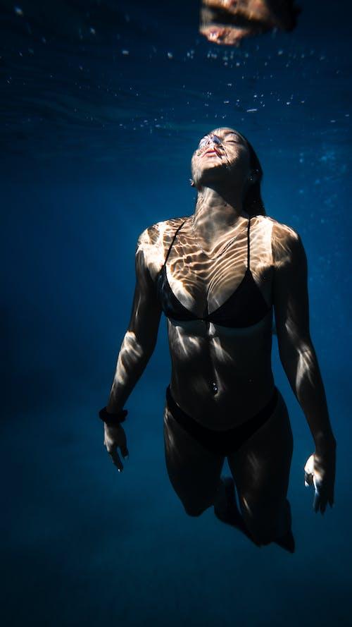Atrakcyjna Kobieta Pływanie W Błękitnej Wodzie Morskiej