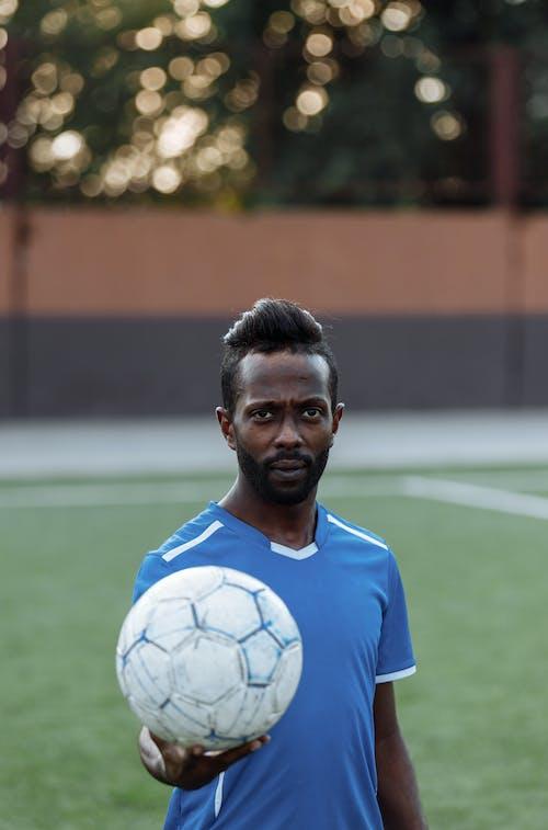 ブルーナイキサッカージャージーの男
