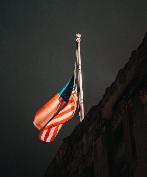 건축물. 시티, 깃대, 깃발의 무료 스톡 사진