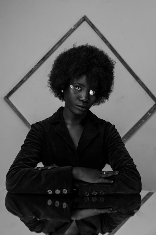 Fotografie bez autorských poplatků na téma afro, brýle, bunda, černobílá