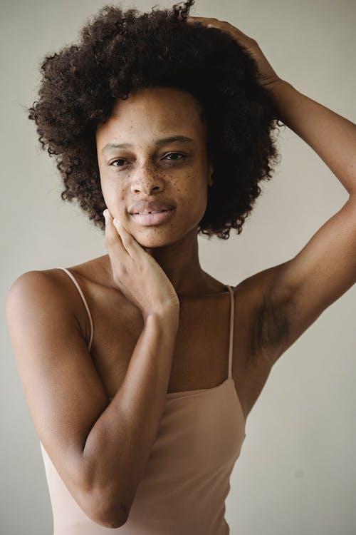 Foto profissional grátis de adulto, afro, atraente