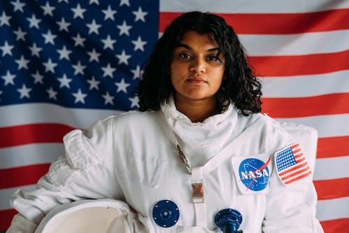 Mujer Sosteniendo Un Casco De Traje Espacial