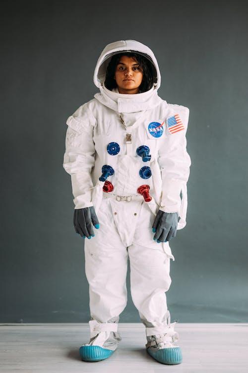 Mujer Vestida Con Un Traje De Astronauta