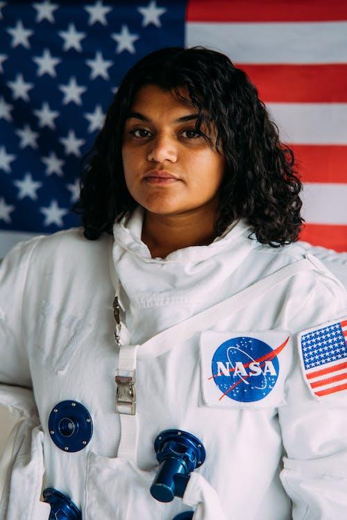 Mujer En Traje Espacial