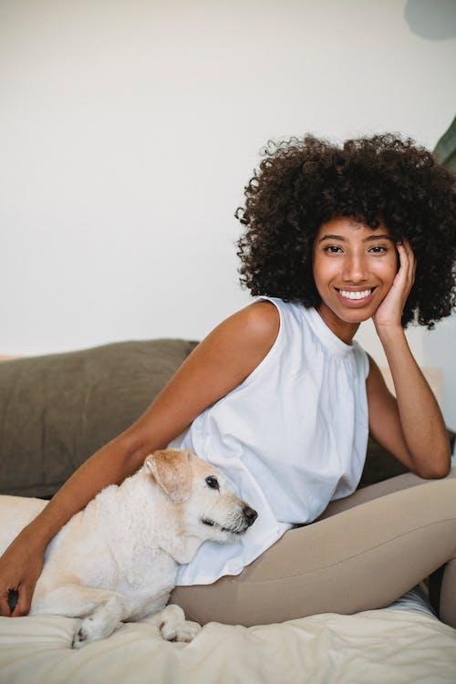 Ingyenes stockfotó afro-amerikai nő, ágy, állat témában