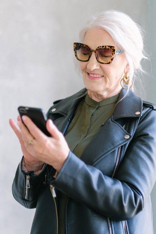 Gratis stockfoto met apparaatje, babbelen, bejaard