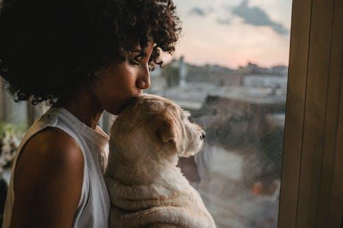 Cắt Người Phụ Nữ Da đen Hôn Con Chó Dễ Thương