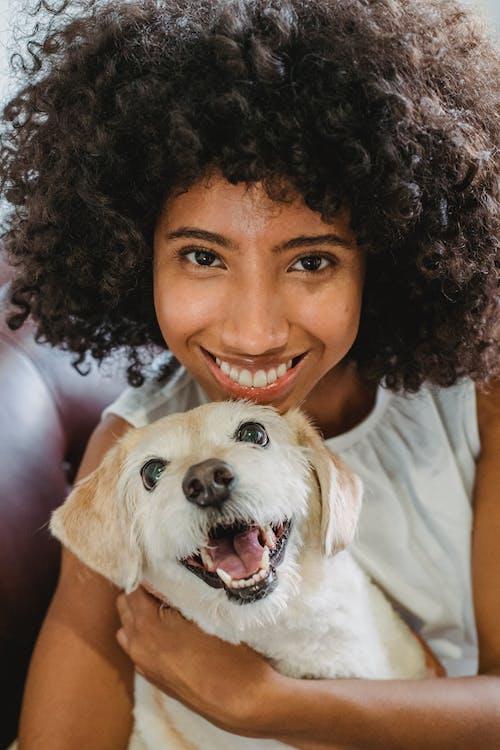 Người Phụ Nữ Da đen Hạnh Phúc ôm Con Chó Vui Nhộn