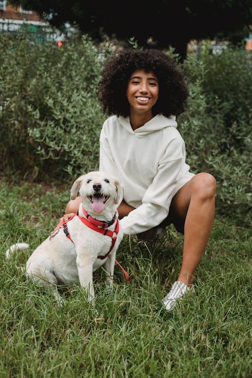Người Phụ Nữ Da đen Vui Vẻ Với Con Chó Trong Công Viên