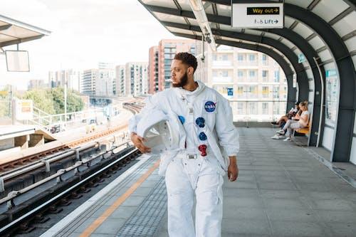 Tren İstasyonunda Kostümlü Adam