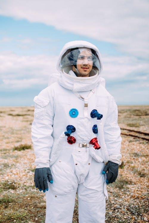 Homme Portant Un Costume D'astronaute