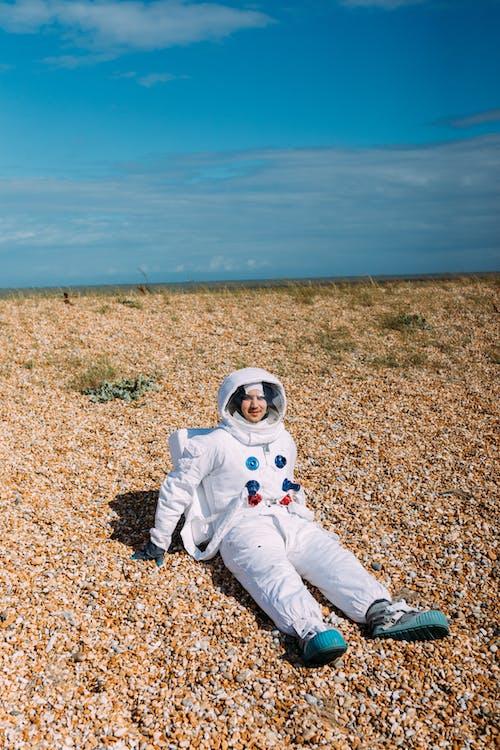 Homme En Costume D'astronaute