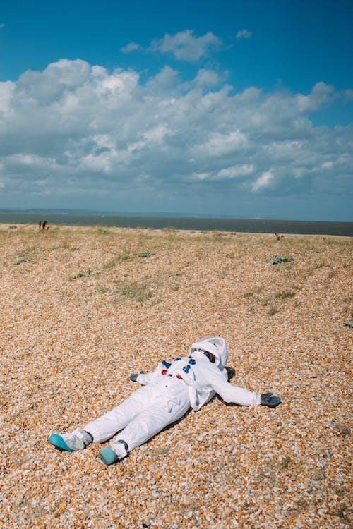 Homme En Costume D'astronaute Couché Sur Le Sol