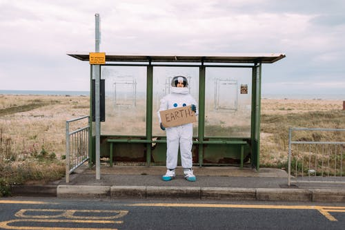 Astronauta Esperando Em Um Ponto De ônibus