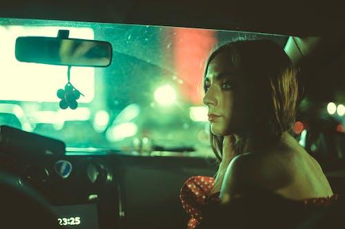 Základová fotografie zdarma na téma auto, automobil, čelní sklo, dáma