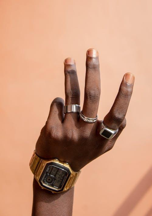 Gratis stockfoto met accessoire, afro-amerikaanse persoon, anoniem, beige achtergrond