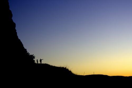Kostnadsfri bild av avkopplande, bakgrundsbelyst, berg, dimma