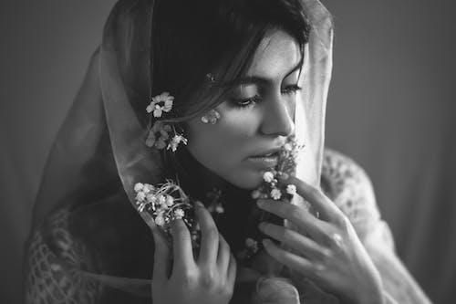 Mujer En Hijab Floral Blanco Y Negro