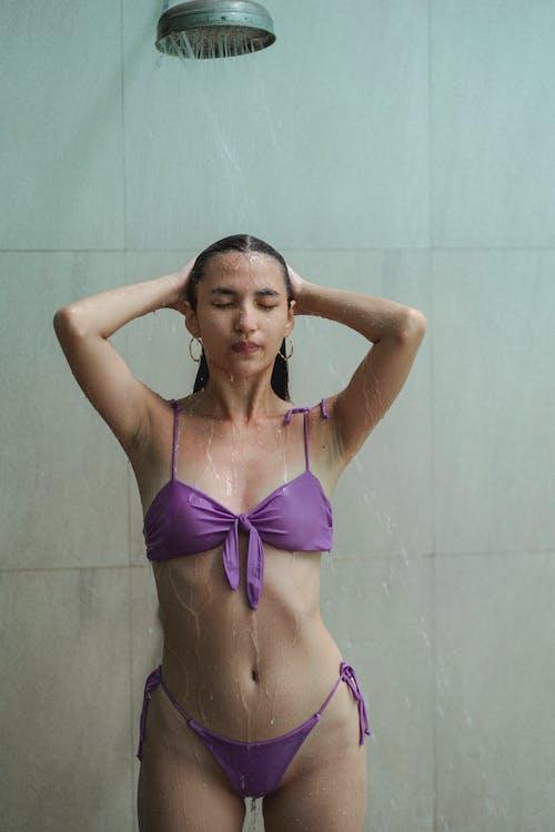Бесплатное стоковое фото с бикини, бронзовый цвет, брюнетка, Ванная комната