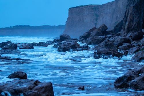 Foto profissional grátis de à beira-mar, azul, com frio, costa