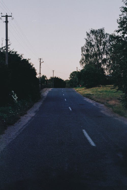 Kostnadsfri bild av by, kväll, sommar, väg