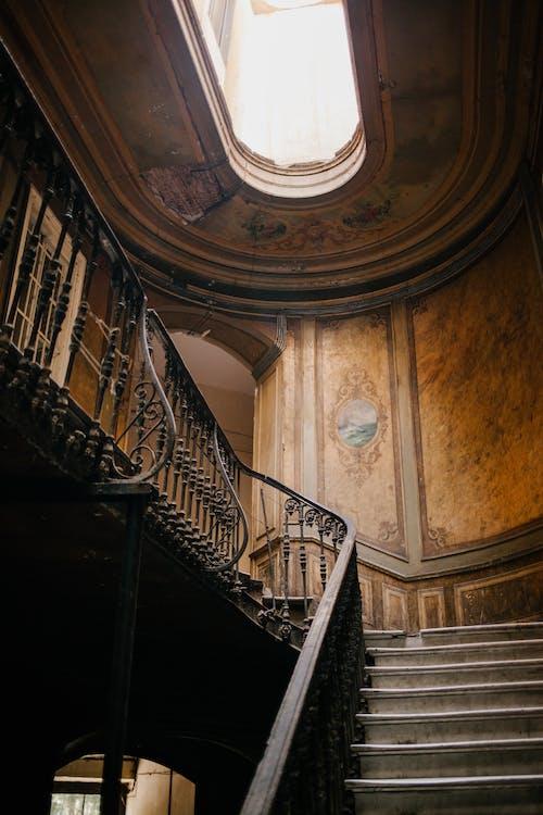 Классическая лестница в старом здании с холлом в потолке