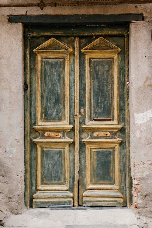 Pintu Masuk Bangunan Batu Tua Dengan Pintu Yang Lusuh