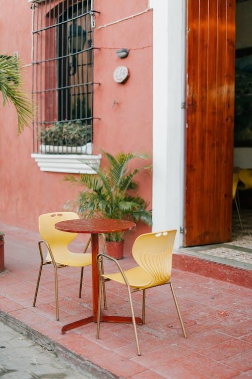 Kawiarnia Uliczna Z Okrągłym Stołem I Krzesłami