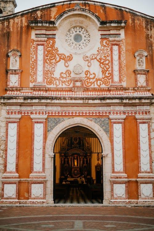 Fachada De La Iglesia De Piedra Antigua Con Paredes Ornamentales En La Ciudad