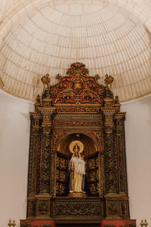 Altar Con Escultura Decorativa En La Iglesia Vieja