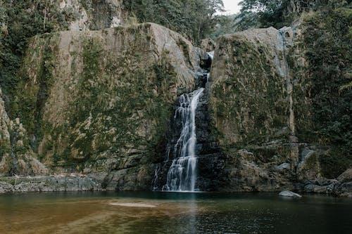 Cascada Rápida Entre Montañas ásperas Cerca Del Estanque Puro