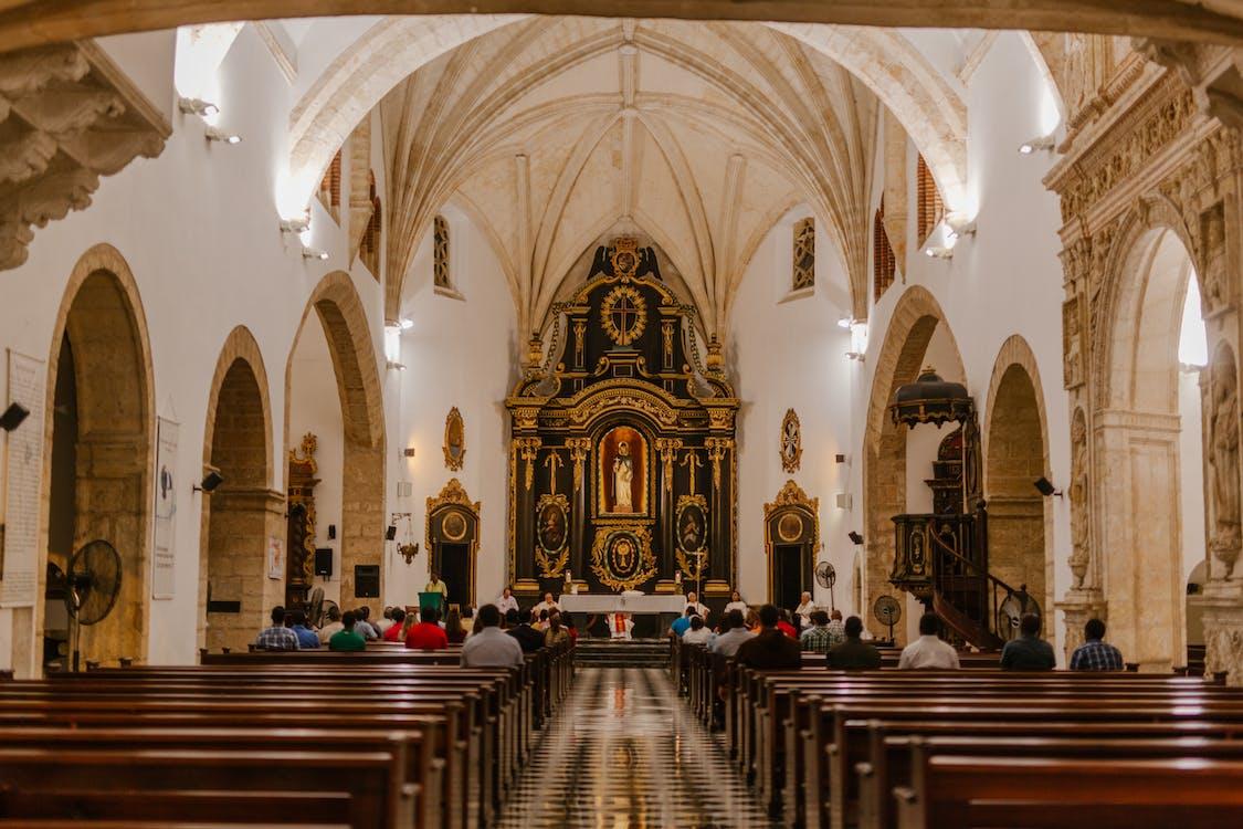 Prières Méconnaissables Sur Des Bancs Pendant La Messe Dans La Cathédrale Catholique