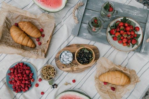 美味的漿果和羊角麵包放在桌子上