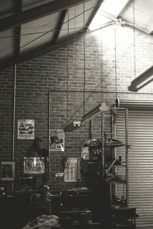 Kostenloses Stock Foto zu backsteinmauer, graustufen, monochromatische