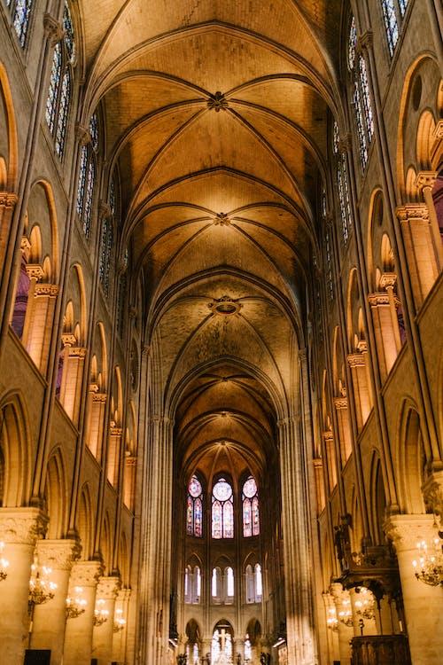 Interior Klasik Katedral Katolik Dengan Kolom