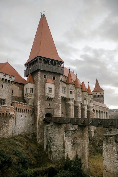 Gotische Majestätische Burg Unter Bewölktem Himmel