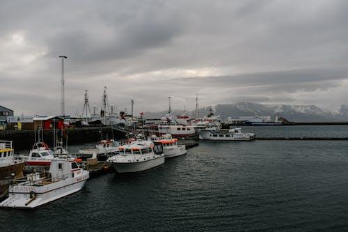Kapal Kapal Modern Berlabuh Di Laut Beriak Di Daerah Pegunungan