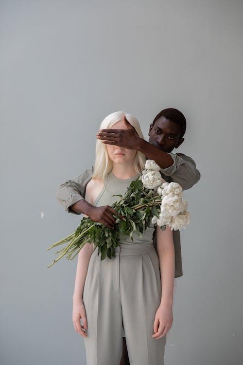Schwarzer Mann Mit Blumen, Die Augen Der Nicht Erkennbaren Weiblichen Geliebten Bedecken