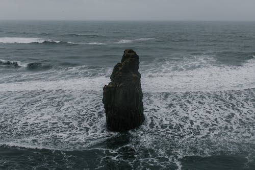 Rauer Fels Im Schaumigen Flachen Meer
