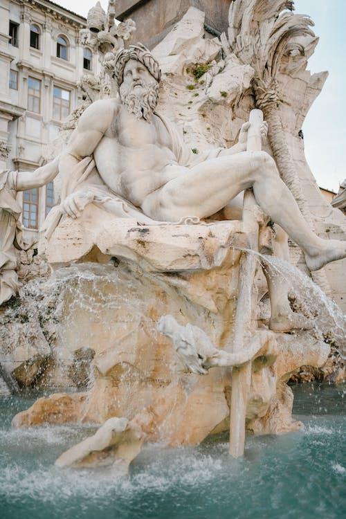 Fonte Famosa Que Representa O Deus Do Rio Em Roma
