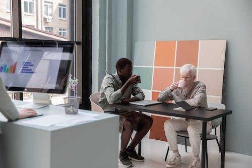 Colegas Multiétnicos Tomando Café En La Oficina