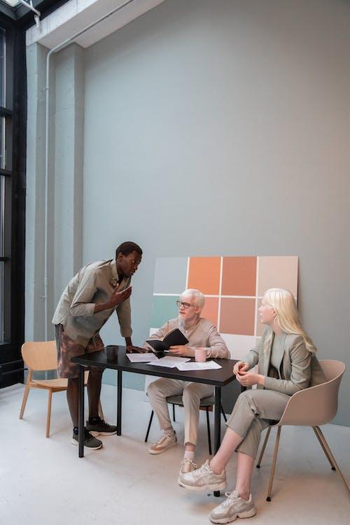 Lluvia De Ideas De Colegas Multiétnicos En El Espacio De Trabajo Moderno