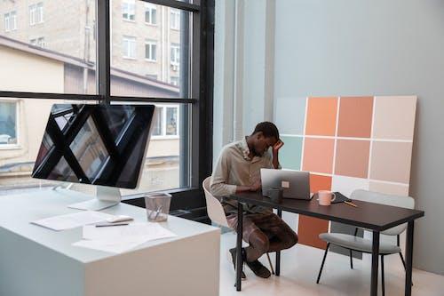 疲倦的黑人商人,在現代的辦公室