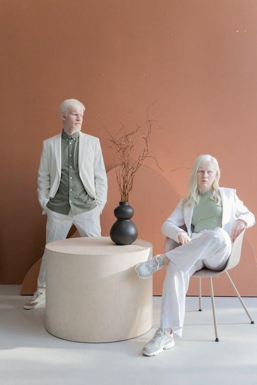 Albino Modellen In Studio Met Modern Interieur