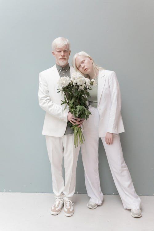 Verliefde Paar Met Bloemen In De Studio