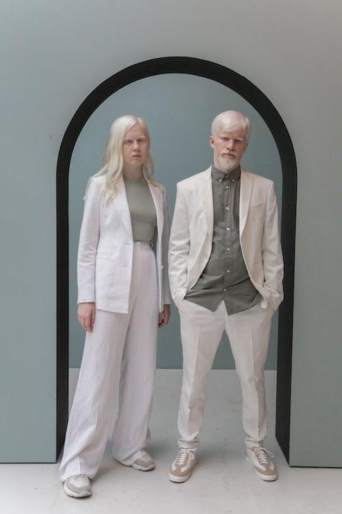 Stijlvolle Albinomodellen Die Onder Boog Staan