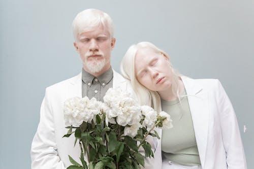 Albino çift çiçek Tutan Kapalı Gözlerle