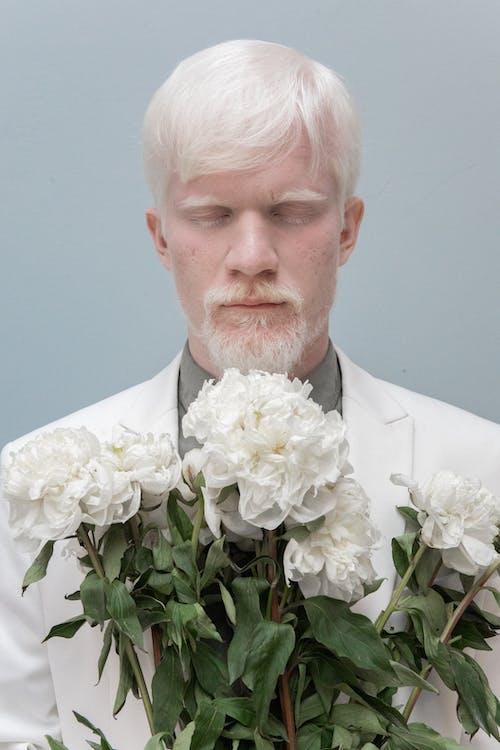 Mężczyzna Z Zamkniętymi Oczami I Kwiatami