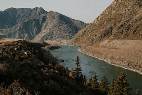 Rio Fluindo Em Vale Montanhoso